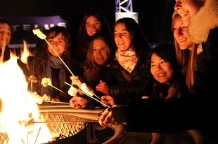 Una fogata con amigos es uno de los palceres que reserva el invierno.     Una fogata con amigos es uno de los placeres que reserva el invierno.