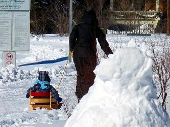 Los recién llegados pronto descubren que el invierno no interrumpe la vida cotidiana de los lugareños.