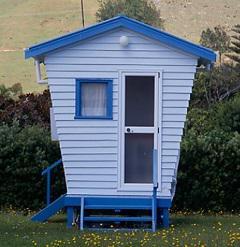 """Una típica casa de playa neozelandesa, llamada """"bach"""" o """"crib""""."""