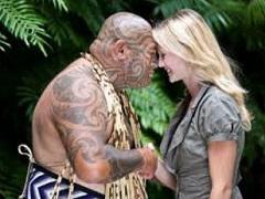 Saludo fraternal maorí, que consiste en juntar frente y nariz.