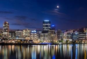 Vista nocturna del puerto de Wellington.