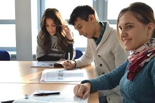 Hay maneras de buscar el ahorro cuando se estudia en el exterior.