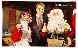 Santa y la Sra. Claus reciben el pasaporte canadiense electrónico de manos del ministro de Inmigración Chris Alexander.