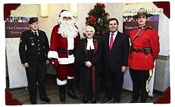 Papá Noel reafirmando su ciudadanía ante el ministro de Multiculturalismo, Jason Kenney, y otras autoridades canadienses.