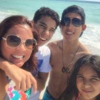 July y sus tres hijos, pequeños inmigrantes bilingües.