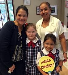 Las aprendices de español Sophia y Michelle, nacidas en Texas, junto a su mamá y su abuela.