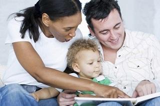 En la medida de lo posible, conviene que ambos padres se involucren en la enseñanza de idiomas de los hijos.