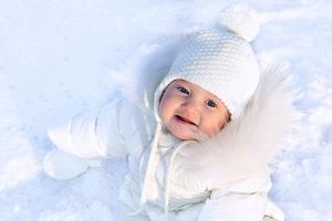 ¿Cuánto y cómo abrigar a un niño en invierno? Te explicamos la vestimenta esencial.
