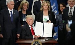 Donald Trump ordenó la construcción del muro divisorio en la frontera con México.