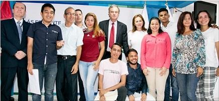 Estos son los primeros venezolanos que obtuvieron el Permiso Temporal de Permanencia del gobierno de Perú. En la foto, acompañados del Ministro del Interior, Carlos Basombrío Iglesias y del Superintendente de Migraciones, Eduardo Sevilla Echevarría. (Foto cortesía de Migraciones, Perú).
