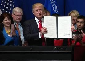 Trump firmó la orden ejecutiva en una fábrica en el estado de Wisconsin.