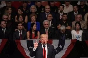 Trump hizo los anuncios ante una nutrida delegación de ciudadanos cubano-americanos.
