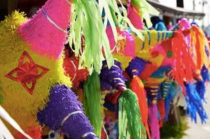 En la celebración mexicana de la posada es esencial romper la tradicional piñata de siete estrellas.